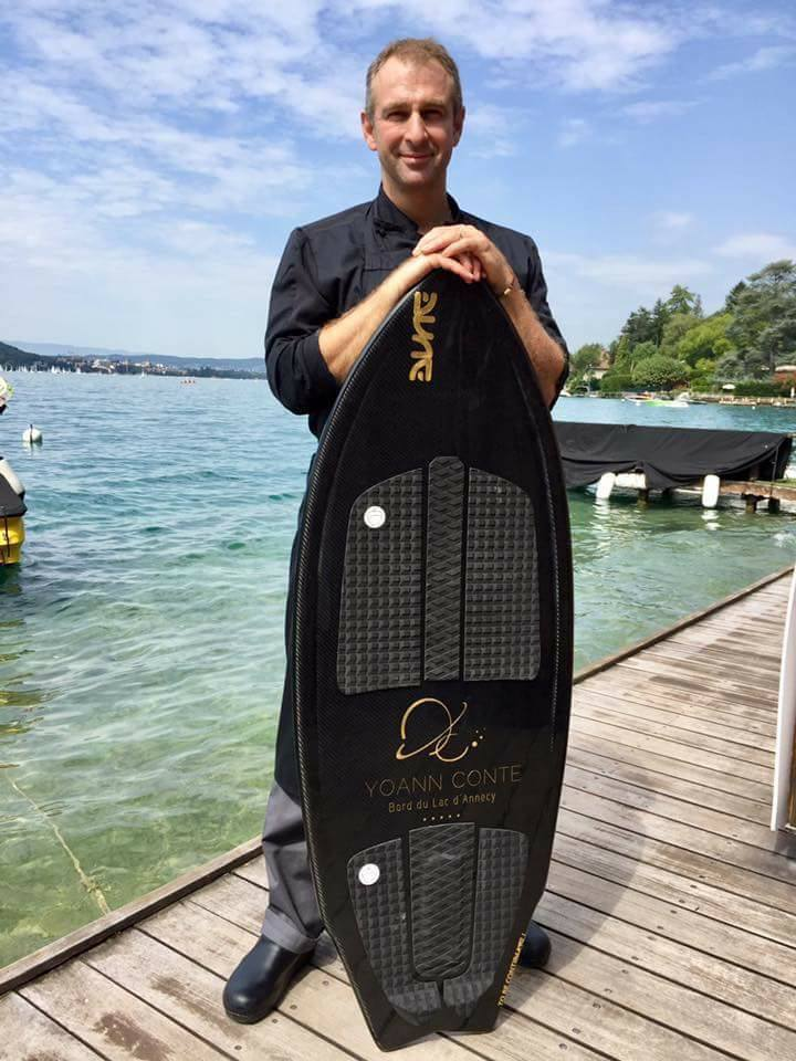 Wakesurf Metis, golden logos for chef Yoann Conte